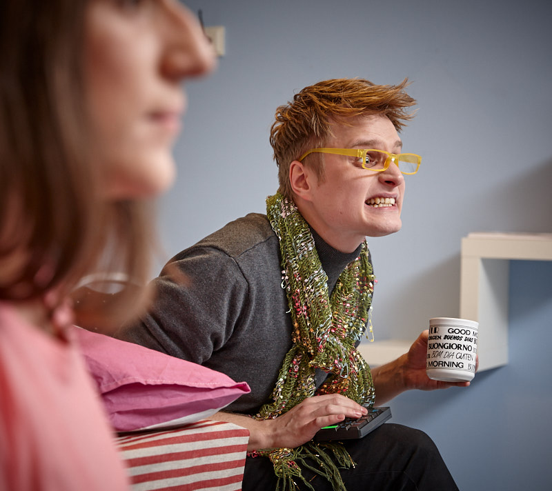 """Bild från Unga Romas föreställning """"Fångad i ett nätverk"""" med Emm Davin och Jakob Bladh."""