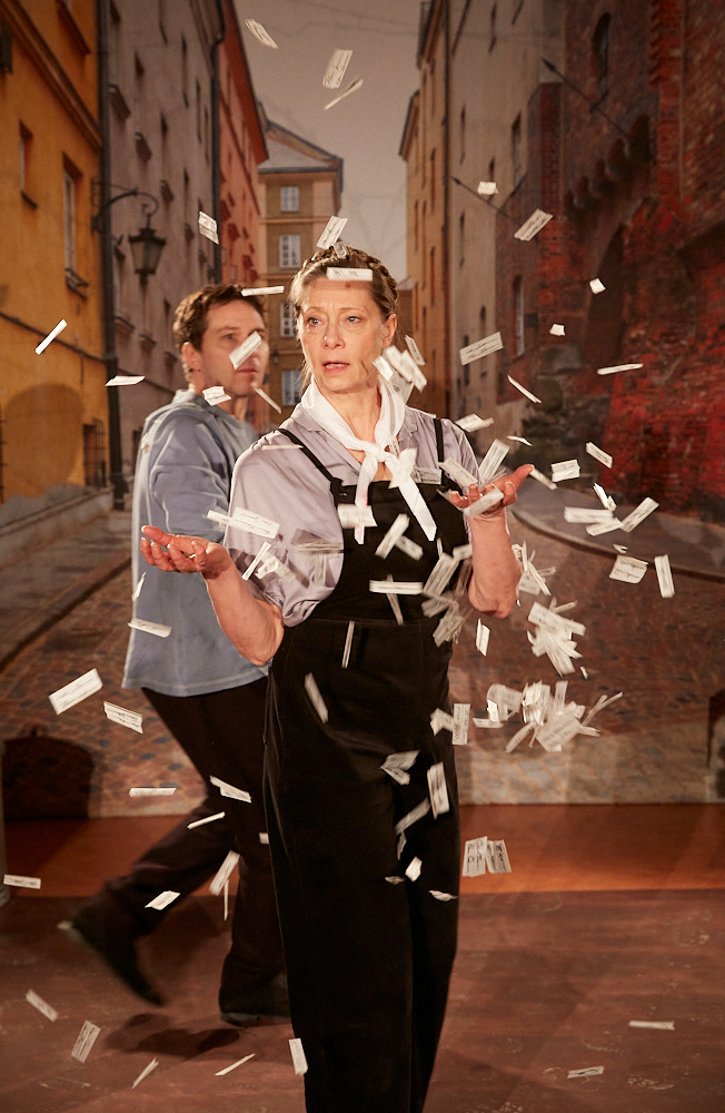 """Irena - ingen ängel är en historia om den som befinner sig  på """"rätt"""" sida av orättvisorna, som själv har alla rättigheter och ändå väljer det svåraste. Därför att det är det rätta.  Föreställningen kännetecknas av en poetisk lekfullhet med mycket rörelse och musik. Det är en historia om rädslor, mod, fantasi och inre styrka. Foto Roland Hejdström"""